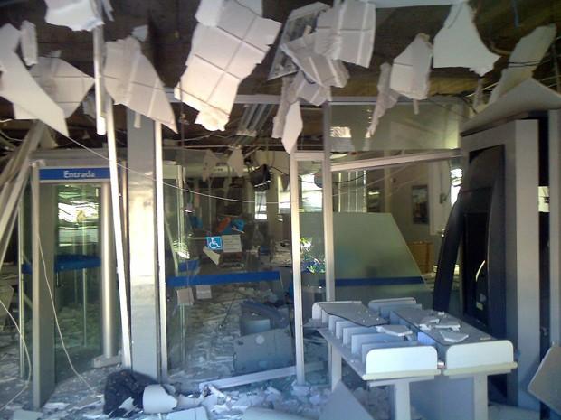 Agência bancária no Centro de Bom Sucesso ficou destruída com explosões (Foto: Marco Antônio Leite / EPTV)