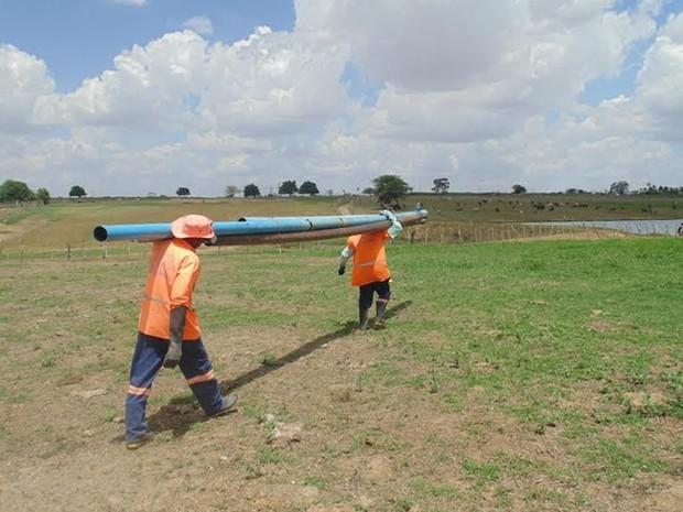Canos que desviavam esgoto para barreiro foram apreendidos (Foto: Ronaldo Menezes/Cagepa)