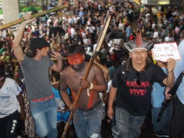 Integrantes do Comitê de Solidariedade à Luta dos Povos Indígenas Guarani-Kayowá fizeram manifestação em defesa da etnia no fim da tarde desta sexta-feira (9) na área central de Brasília. Eles saíram do Museu Nacional da República em direção à sede da Fundação Nacional do Índio (Funai). (Foto: Felipe Néri/ G1)