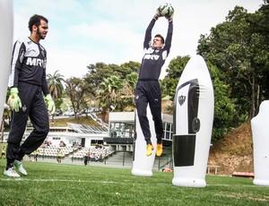Giovanni e Victor em treino com joão bobo do Atlético-MG na Cidade do Galo (Foto: Bruno Cantino/Atlético-MG)