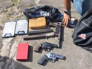 Armas, drogas e balanças também foram apreendidas (Foto: Walter Paparazzo/G1)