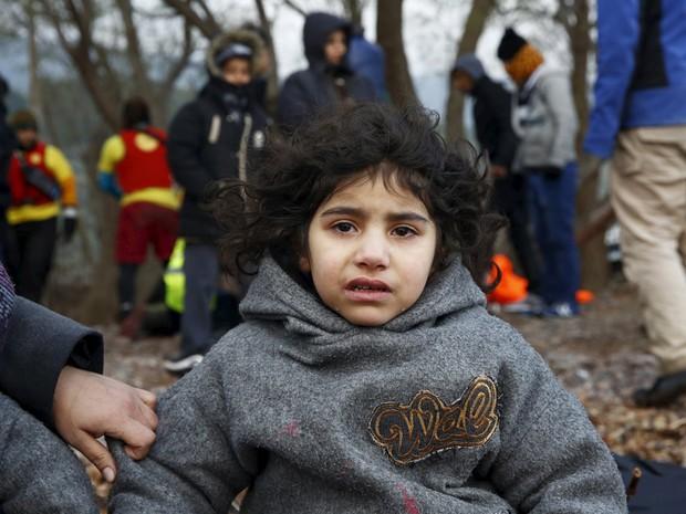 Criança iraquiana em praia na Grécia após chegar em um dos barcos cheios de refugiados (Foto: Giorgos Moutafis/Reuters)