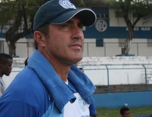 Técnico Paulo Moroni, do Confiança treino sexta (Foto: Felipe Martins/GLOBOESPORTE.COM)