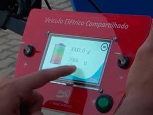 Painel eletrônico no volante do veículo elétrico criado por estudantes da Bahia (Foto: Imagem/TV Subaé)