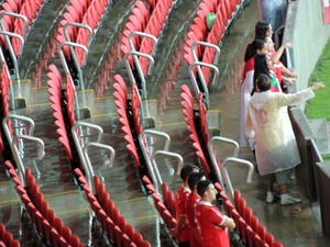Fileiras entre as cadeiras acabam molhadas por causa da chuva (Foto: Tomás Hammes / GLOBOESPORTE.COM)
