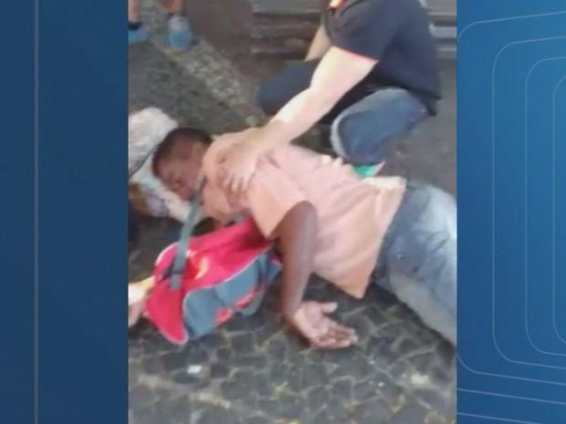 Homem passou mal em praça, a 60 m da Santa Casa de Franca, SP, mas não pode ser atendido (Foto: Reprodução/EPTV)