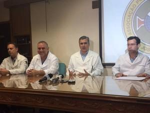 Equipe médica que fez a cirurgia em Milionário (Foto: Natalia Clementin/G1)