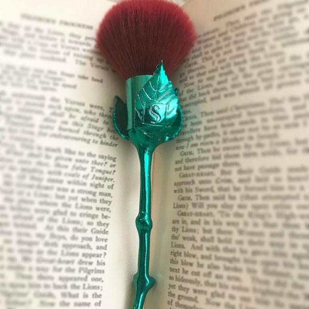 Pincel inspirada na Bela, da @storybookcosmetics (Foto: Reprodução Instagram)