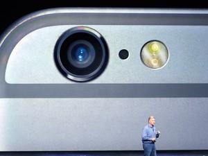 Detalhe de câmera de novo iPhone é mostrada durante evento de lançamento de produtos da Apple (Foto: AP Photo/Marcio Jose Sanchez)