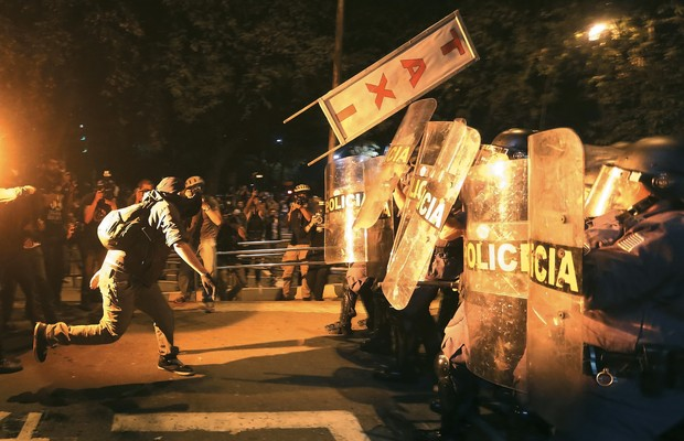 ENGAJADO? Manifestante ataca a polícia em São Paulo, no sábado da semana passada. A PM suspeita que alguns participantes são contratados para promover baderna  (Foto: Nacho Doce/Reuters)
