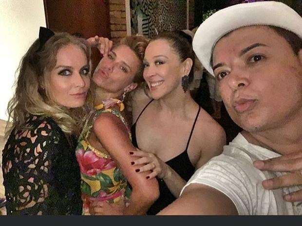 Angélica, Carolina Dieckmann, Claudia Raia e David Brazil em festa (Foto: Instagram/ Reprodução)