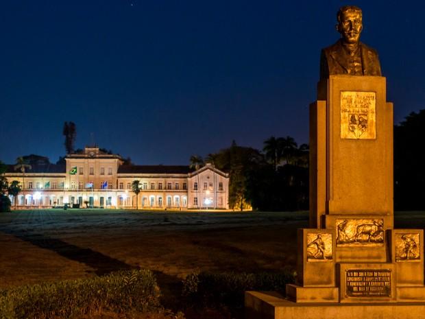 Foto da Esalq, em Piracicaba, à noite (Foto: Andre Mendes Ramalho / VC no G1)