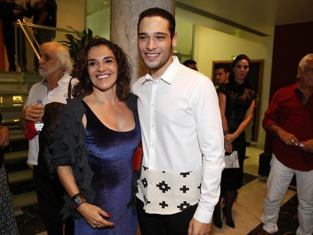 Bruno Fagundes com a mãe, Mara Carvalho, em estreia de peça no Centro do Rio (Foto: Marcello Sá Barretto e Felipe Assunção/ Ag. News)