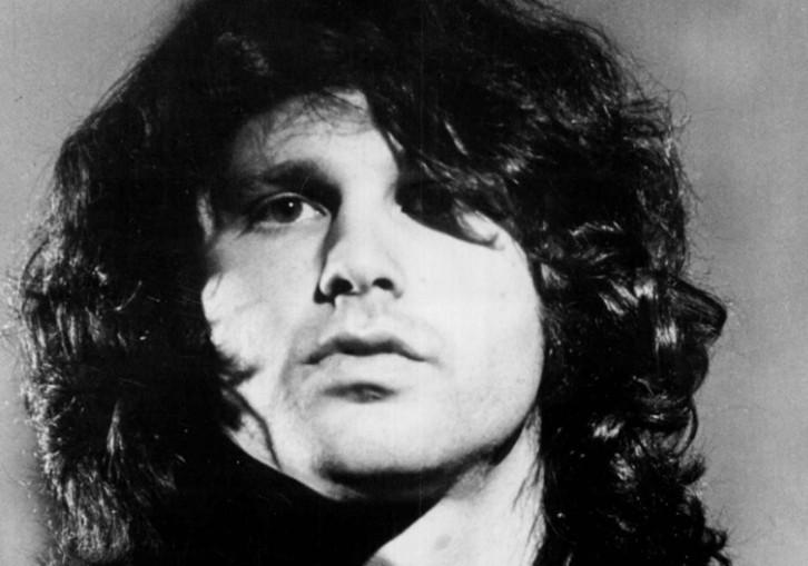 Enquanto lutava para emplacar como poeta e músico, Jim Morrison (1943-1971) dormiu em todo tipo de lugar em Los Angeles, em cima de telhados e debaixo de píeres. (Foto: Domínio Público)