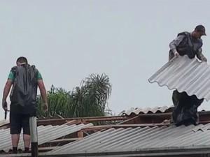 Moradores tentam consertar estragos causados pela chuva em Ipiranga (Foto: Reprodução / RPC)