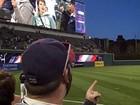 Torcedor faz selfie de costas usando telão de estádio e vira hit na web