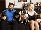 Carol Narizinho abre a casa em que vive com sete cachorros em São Paulo