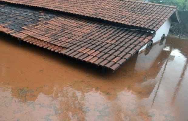 Segundo o Corpo de Bombeiros, aproximadamente de 20 pessoas tiveram de procurar abrigo em casa de amigos e parentes após chuva em Ceres, Goiás (Foto: Reprodução/TV Anhanguera)