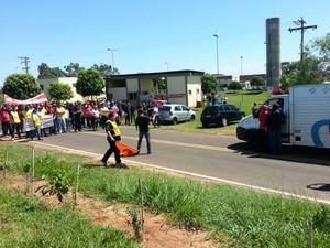 Grevistas ficaram no meio da rodovia para impedir que o caminhão com presos passasse (Foto: Claudinei Troiano/TV Fronteira)