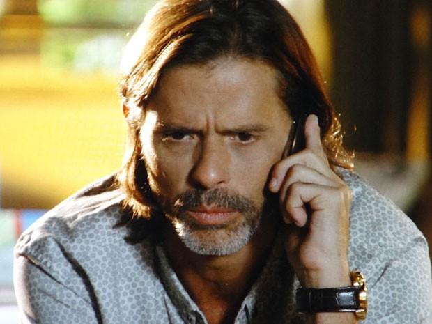 Reinaldo fica intrigado (Foto: Flor do Caribe / TV Globo)