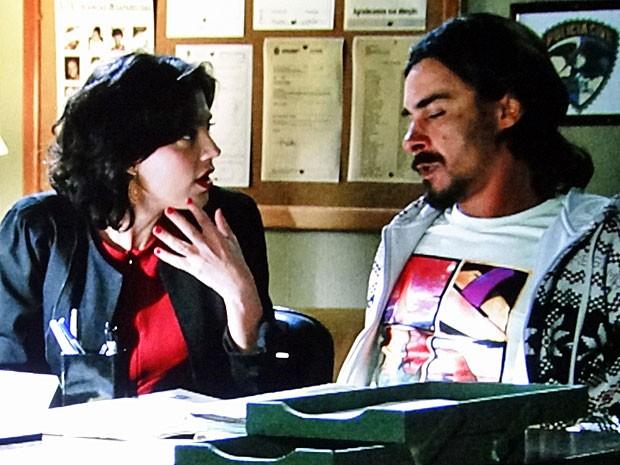 Miriam e Pedro acreditam que estão abrindo a porta de um vespeiro (Foto: Amor Eterno Amor/TV Globo)