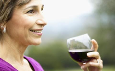 Vinho: uma taça por dia protege mulheres de ossos frágeis