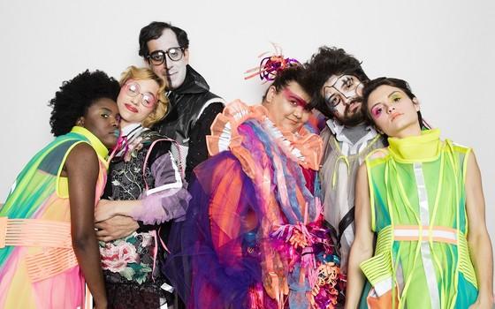 A cantora Simone Mazzer (ao centro) e o elenco de Lá dentro tem coisa, que estreia no dia 9  (Foto: Daryan Dornelles)