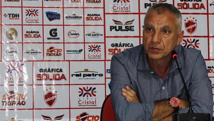 Márcio Fernandes - técnico Vila Nova (Foto: Fernando Vasconcelos / Globoesporte.com)