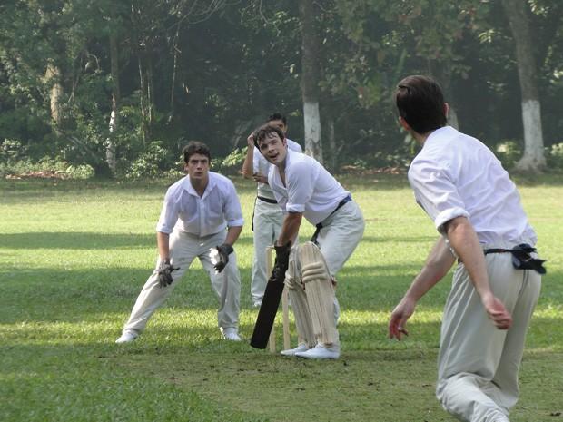 Daniel Dalcin e Rafael Cardoso em cena como Teodoro e Albertinho, jogando críquete (Foto: Lado a Lado/TV Globo)