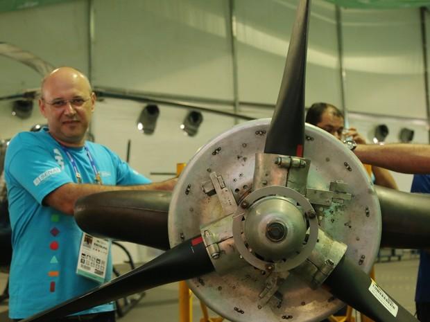 O avaliador Marcos Antonio mostra a turbina de aviao (Foto: Thiago Rios Gomes)