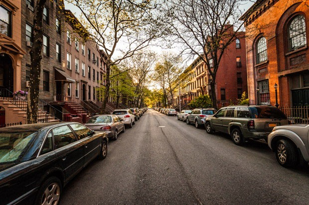 Wide angle shot down side street in Carroll Gardens, Brooklyn (Foto: Getty Images/iStockphoto)