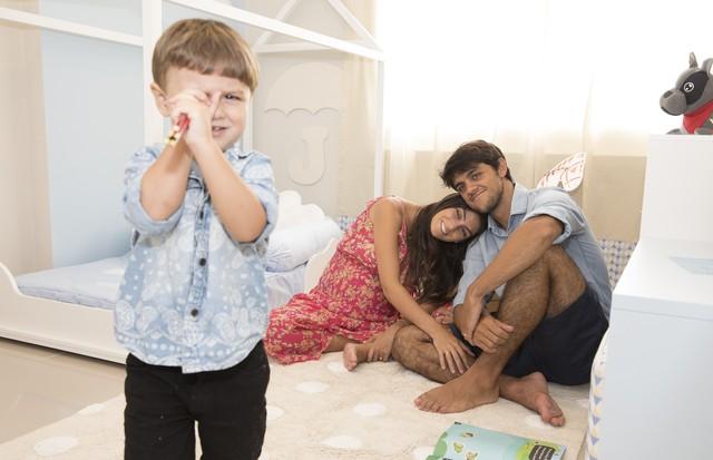 Felipe Simas e Mariana com Joaquim na casa nova (Foto: Divulgação)