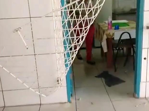 Na Escola Municipal Dayse Hall, em macaíba, criminosos entortaram as grades das salas e levaram o que puderam (Foto: Reprodução/Vídeo)