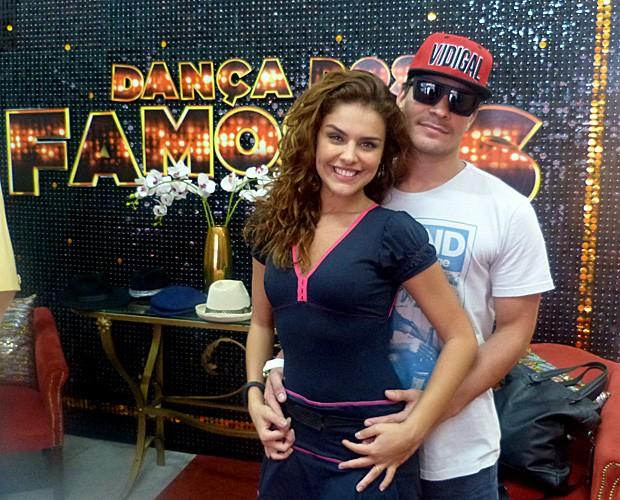 Thiago Martins visita Paloma Bernardi na casa do Dança dos Famosos (Foto: Domingão do Faustão/ TV Globo)