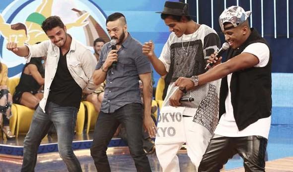 Rodrigo Simas ensina coreografia para Belo