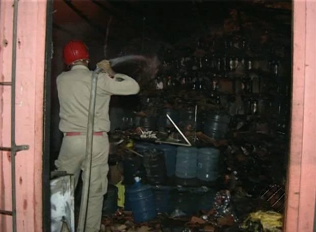 Incêndio destruiu depósito de bebidas em Paragominas. (Foto: Reprodução/TV Liberal)