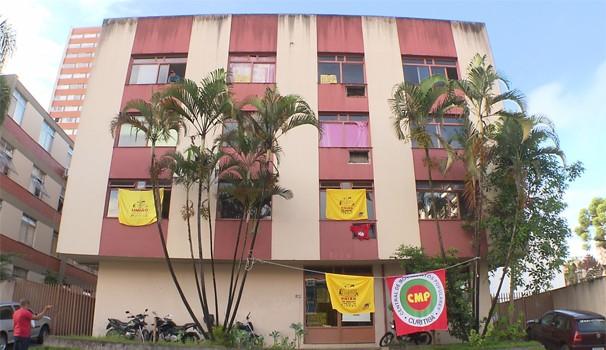 Prédio do INSS, no centro de Curitiba, é ocupado por integrantes de movimento social (Foto: Reprodução/RPC)