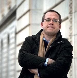 O CÉTICO DA MODERNIDADE Evgeny Morozov, autor de um livro que questiona a ideologia da internet. Nascido em Bielorrússia, ele vê na internet similitudes com a utopia totalitária do comunismo  (Foto: Evelyn Hockstein/The Guardian)