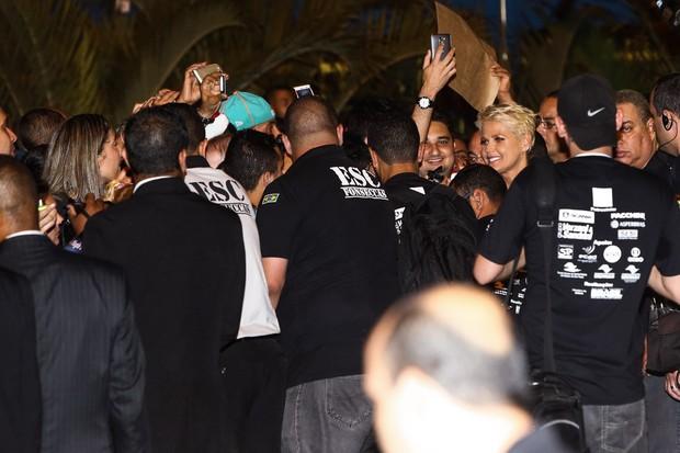 Xuxa causa tumulto ao deixar ginásio do Ibirapuera (Foto: Manuela Scarpa/ Foto Rio News)
