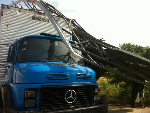 Força dos ventos derrubou estrutura de ferro, que atingiu caminhão (Foto: Reprodução/TV Amazonas)