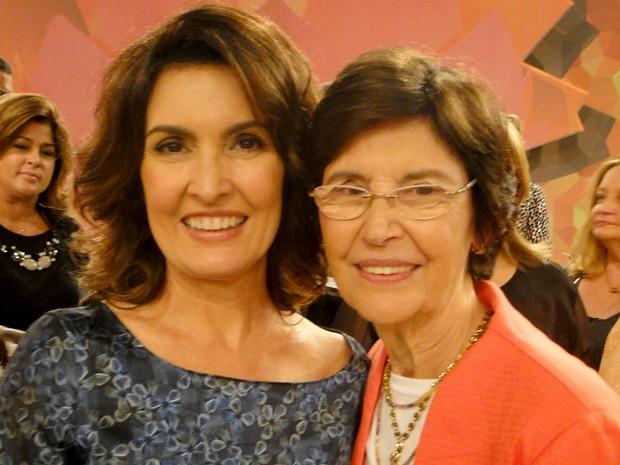 No dia do aniversário, Fátima recebe o carinho da mãe (Foto: Encontro com Fátima Bernardes/ TV Globo)