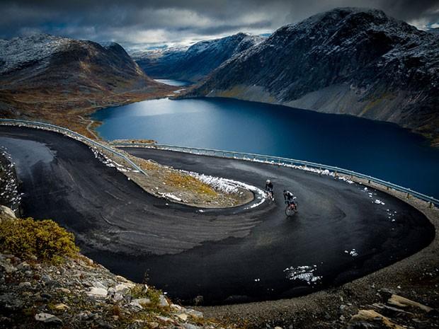 """Foto vencedora na categoria """"Espírito de Aventura"""" mostra ciclistas em trilhas na Noruega (Foto: Piotr Trybalski/www.tpoty.com/BBC)"""