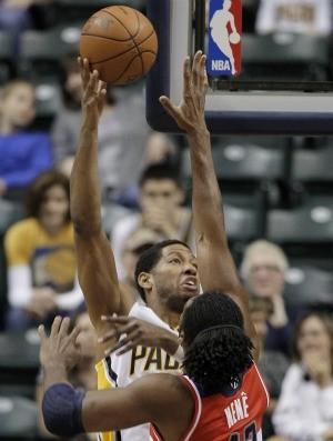 Nenê, Washington Wizards, e Danny Granger, Indiana Pacers (Foto: AP)