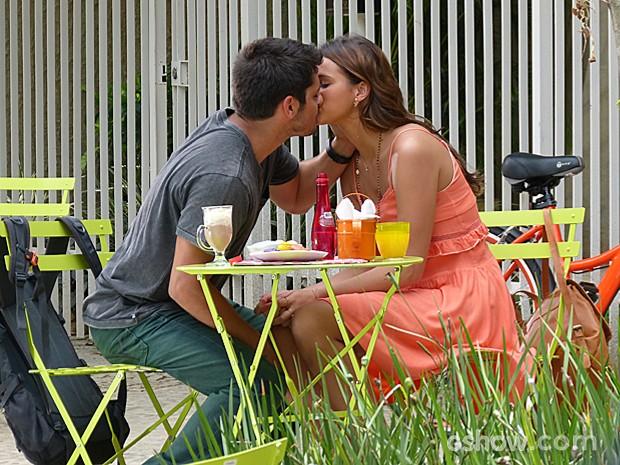 Luiza tenta convencer André que seu ciúmes é absurdo (Foto: Em Família/TV Globo)