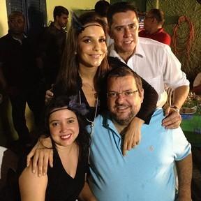 Direto de Salvador, Ivete reuniu amigos para assistir ao primeiro capítulo (Foto: Gabriela/TV Globo)