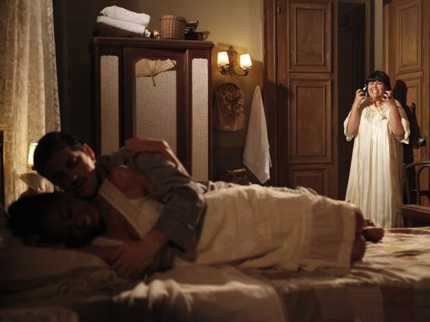 Olga entra no quarto e vê o marido deitado com a empregada (Foto: Gabriela / TV Globo)