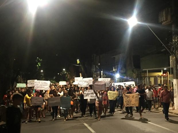 Manifestantes contrários ao impeachment de Dilma Rousef caminham pelas ruas de Belém. (Foto: Gabriela Azevedo/ G1)