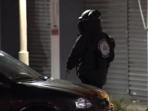 Policiais do Gate foram acionados para retirar explosivo de homem (Foto: Reprodução/TV TEM)