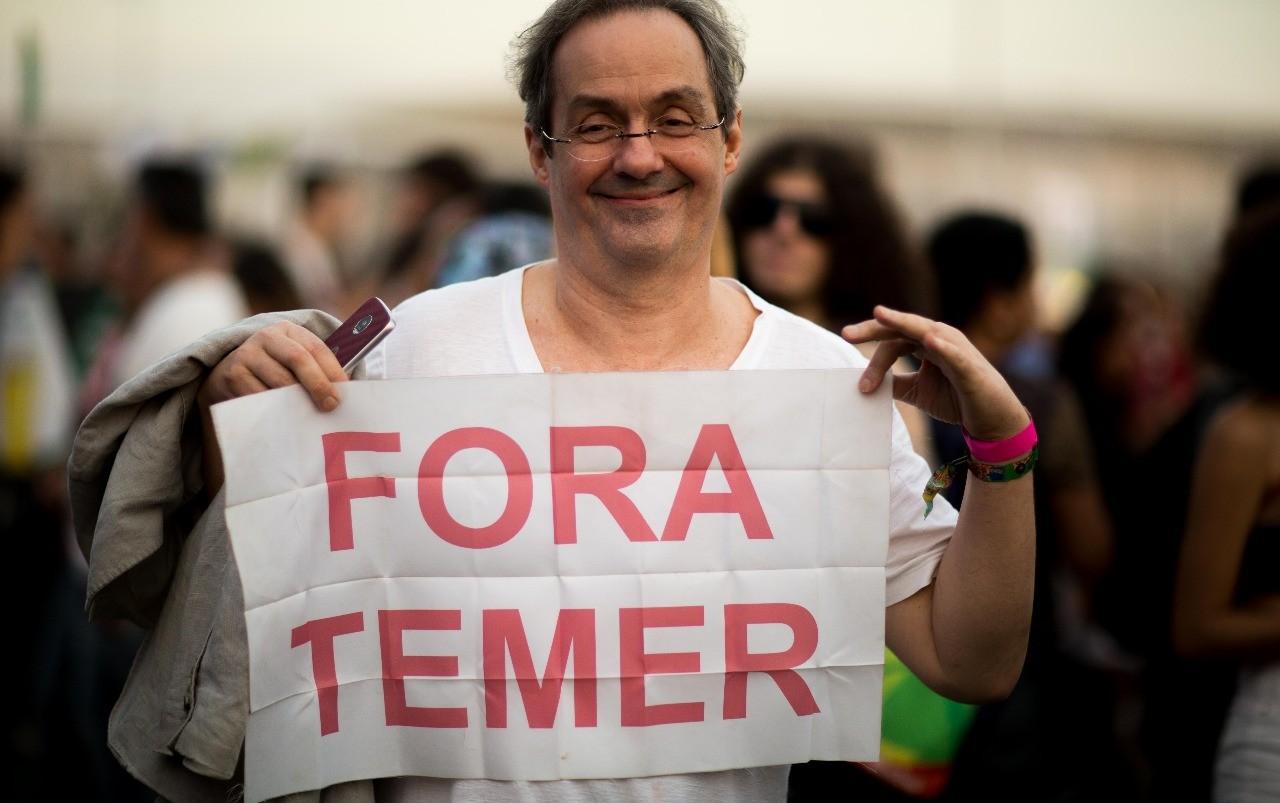 Daniel Dantas carrega cartaz de protesto no Rock In Rio (Foto: Samuel Kobayashi / Multishow)