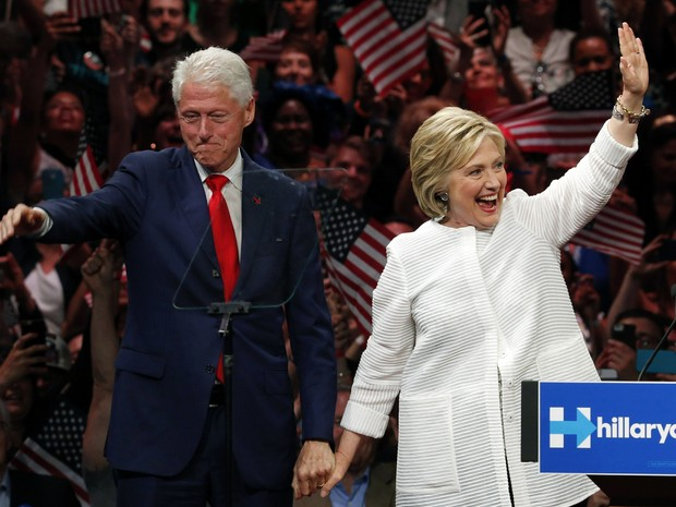 Hillary comemora nomeação com seu marido Bill Clinton (Foto: AP)